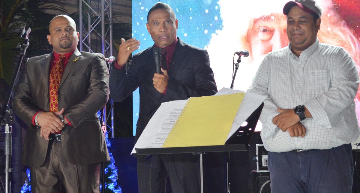 Desde la derecha el gerente de la Asociación Duarte de Ahorros y Prestamos, Luis Valdez, el alcalde Alex Díaz y el presidente del Concejo de Regidores, Richard Tejada